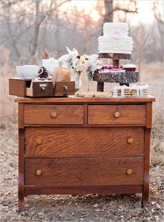 I absolutely <3 the Cake/desert table set up! Would be another great idea for an outdoor wedding!