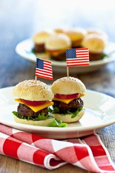 Fourth of July menu ideas - Mini burgers (Always Perfect Catering: of July Inspired Wedding Food) - BBQ Fourth Of July Food, 4th Of July Celebration, 4th Of July Party, Patriotic Party, Hamburgers, Cheeseburgers, July 4th Wedding, American Party, American Dinner