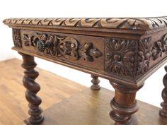 サイドテーブル(商品ID:61480) 89600円  力強くボリュームのある彫刻に思わず見惚れてしまう引き出し付きサイドテーブルです。 天板フチの彫刻などからも重厚さの感じられるデザインですね。 太めのツイストもオーク材の力強い木目との相性が抜群です。 フランスアンティーク家具らしいどこか温かな雰囲気も素敵ですね。 引き出しのみならず棚板まで備わった実用性にも優れたお品です。 希少なサイズで置き場所や使い勝手は様々ですね。 アンティーク調の取っ手をお付けしております。 天板に穴埋め跡、中天板端にシミがありますのでお写真でご確認ください。  フランス 1910年頃 オーク材  サイズ W 505 x D 520 x H 815  クロネコヤマトらくらく家財便Bランクでのお届け 送料例:愛知県3,800円・東京都4,050円・宮城県5,200円・福岡県4,800円    http://www.flex-antiques.com/  #antiqueflex #インテリア #家具 #アンティーク家具屋 #卸 #骨董品 #アンティーク #アンティーク家具 #アンティークフレックス…