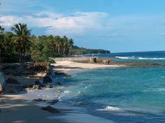 Op Ambon tref je prachtige stranden aan, waar je kunt genieten van de tropische vegetatie. Lees meer: http://www.vanverre.nl/indonesie/bouwstenen/de-molukken/bouwsteen-1---kennismaking-met-ambon/inleiding
