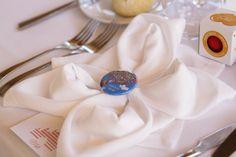 Decoración mesas, regalo chapa personalizada Up para invitados, servilleta de tela en forma de flor. Boda Alberto&Ronak, 14 mayo 2016