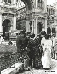 Militari e servette in piazza Duomo, 1910