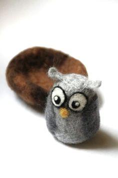 needle felted owl Eule Eulalia liebt es in ihrem kuscheligen Nest zu sitzen und dem Schneetreiben zu zusehen.    zum dekorieren, spielen oder einfach zum liebhaben geei