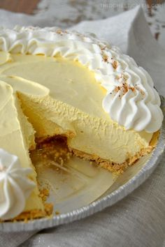 Cool whip is klop klop This No-Bake Eggnog Cream Pie is so perfect for the holidays! Creamy, smooth vanilla & nutmeg-flavored cream pie with a buttery graham cracker crust. Easy, impressive and a one of a kind dessert! Pudding Desserts, No Bake Desserts, Just Desserts, Dessert Recipes, Healthy Desserts, Tiramisu Dessert, Pie Dessert, Eggnog Pie, Eggnog Recipe