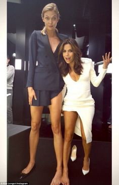Tall model Karlie compares her long legs (and large feet) to little Eva.her legs are almost as tall as Eva's body original pic pics. Tall Karlie Kloss and tiny Eva Longoria compare Eva Longoria, Tall Girl Fashion, Beauty And Fashion, Style Fashion, Karlie Kloss Height, Cute Celebrities, Celebs, Tall People, Long Tall Sally