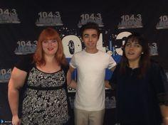 Nathan com fãs na rádio 104.3 NOW FM, em Las Vegas, nos Estados Unidos. (via @missginaface) (7 ago.)