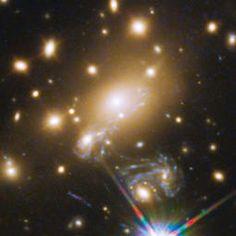 Explosión antigua curva el espacio y el tiempo Un astrónomo ha detectado cuatro imágenes de la misma supernova distante, evidencia visual de un efecto de aumento cósmica conocida como cruz de Einstein.