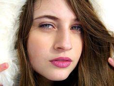 - Elisabeth Cherry je nejarogantnější a nejkrásnější dívky ze třídy, nenávidí mě a já ji! Panna už nebyla   ve 14!