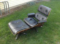 Tässä on Herman Miller tuoli ja ottomaanien, joka oli suunnitellut Charles Eames.Tuoli ja ottomaanien on valmistettu ruusupuu ja se on kaikki alkuperäiset Herman Miller. He molemmat Herman Miller tagit pohjalle.Presidentti on erittäin hyvässä kunnoss...