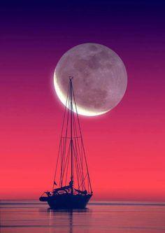 Zeilschip met op de achtergrond de ondergaande zon en opkomende maan.