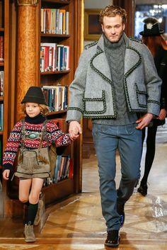 Chanel Pre-Fall 2015 - Paris-Salzburg Métiers d'Art Show Model Brad Kroenig with his son Hudson Kroenig. Look Fashion, Fashion Show, Mens Fashion, Fashion Design, Fashion Menswear, Mode Masculine, Hudson Kroenig, Brad Kroenig, Karl Lagerfeld
