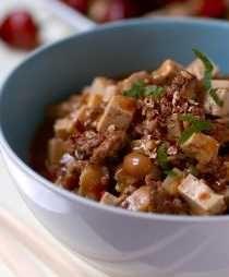 """, I Kina används många knep att dryga ut köttet, i det här används den milda bönosten tofu med strålande resultat. Fråga mig inte hur de får ihop namnet till """"Den koppärriga kärringens bönost"""" men det gör de! Rätten blir helt vegetarisk om du använder t ex quornfärs. Torkad shiitakesvamp är mycket, mycket mer aromatisk än färsk."""