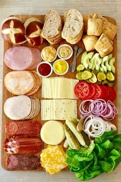 Let me show you how to put together The Ultimate Build-Your-Own Sandwich Board that will feed and please your hungry crowd! Sandwich Platter, Sandwich Bar, Party Sandwiches, Soup And Sandwich, Charcuterie Recipes, Charcuterie Platter, Charcuterie And Cheese Board, Party Food Platters, Crudite