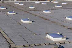 świetliki zamontowane na dachu fabryki w Białymstoku