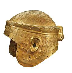 El casco de un soberano  Hallado en la tumba de Meskalamdug, en el cementerio real de Ur, está hecho de oro. En los orificios que lo bordean debía de ir atado un forro interior de tela. 2400 a.C.