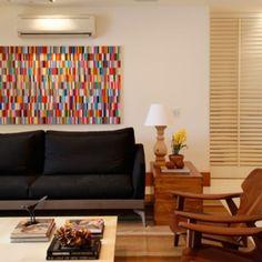 O quadro geométrico, colorido e contemporâneo, dá o toque de cor na decoração em tons sóbrios! #projetosadalagomide
