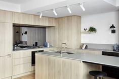 Mirror Backsplash, Interior Architecture, Natural Wood, Kitchen Design, Kitchen Cabinets, Simple, Table, Kitchens, Furniture