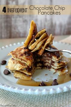4- Ingredient {healthy, believe it or not!} Chocolate Chip Pancakes #recipe