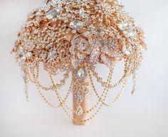 VOLLEN PREIS! Die große Getsby gold Brosche Brautstrauß, Jeweled Bouquet.  Quinceanera Andenken Strauß von MagnoliaHandmade auf Etsy https://www.etsy.com/de/listing/197238126/vollen-preis-die-grosse-getsby-gold