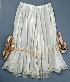 drawers via The Costume Institute of The Metropolitan Museum of Art I wonder how hard it would be to make a skirt that looks something like this? Corset Vintage, Lingerie Vintage, Vintage Underwear, Vintage Dresses, Vintage Outfits, Wedding Underwear, 1890s Fashion, Edwardian Fashion, Vintage Fashion