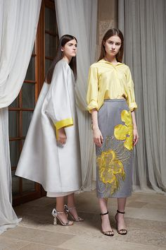 Работы Жени Ким не перепутаешь ни с чьими другими: на фоне плеяды российских дизайнеров, как молодых, так и признанных, она заметно выделяется. Поэтому и Ирина Линович, познакомившись с ней, сразу поняла, что пришло время воплотить давнюю мечту о