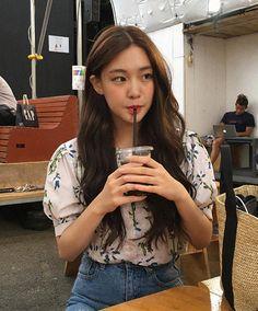 Korean Fashion Trends you can Steal – Designer Fashion Tips Mode Ulzzang, Ulzzang Korean Girl, Cute Korean Girl, Asian Girl, Girl Crushes, Pretty People, Beautiful People, Uzzlang Girl, Korean Fashion Trends