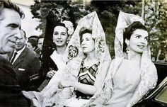 The Duchess of Alba with Jackie Kennedy and Aline, Countess of Romanones Estilo Jackie Kennedy, Los Kennedy, Jaqueline Kennedy, Jacqueline Kennedy Onassis, Spanish Royalty, Spanish Royal Family, Glamour, Madame, Royal Fashion