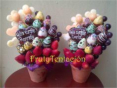 Los colores vibran en estos pequeños arreglos gemelos! Piña, melón, fresas y uvas...y chocolate también!