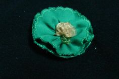 Flor de algodón festoneada, rosita central en beis