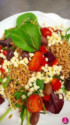 Sommer-Dinkel-Salat. Dinkel mit seiner nussigen Textur, hat den gleichen Ernährungswert wie Naturreis, aber nur halb solang ist die Kochzeit.