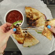 All the cheesy toppings of a pizza stuffed into a fast, easy, and crispy quesadilla, these Pizzadillas are a fast an easy alternative to traditional pizza. Pizza Snacks, Easy Snacks, Easy Meals, Pizza Pizza, Pizza Quesadilla, Pizzadilla Recipe, Le Diner, Clean Eating Snacks, No Cook Meals