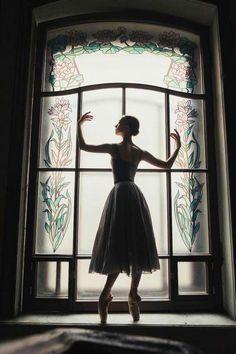 ballerina in soft tutu en pointe