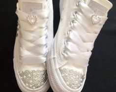La boda de novia a medida converse cristales por Bellebling en Etsy Dress With Converse, Converse Wedding Shoes, Wedding Sneakers, Bedazzled Converse, Converse Sneakers, Bling Shoes, Glitter Shoes, Custom Shoes, Woman Shoes