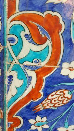 Rüstempaşa camii çinileri Turkish Art, Turkish Tiles, Glazes For Pottery, Ceramic Pottery, Antique Tiles, Home Fireplace, China Painting, Tile Art, Arabesque