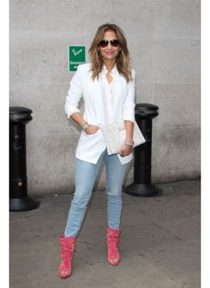 Jennifer Lopez    Look de star Pop    Jennifer Lopez à Londres dans son blazer blanc et des compensées roses.