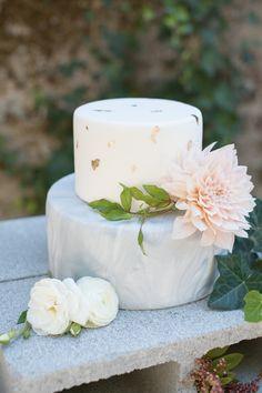 Gold leaf and marble swirled cake: http://www.stylemepretty.com/california-weddings/aptos/2015/09/30/modern-elegant-wedding-inspiration-at-sand-rock-farm/ | Photography: Rahel Menig - http://www.rahelmenigphotography.com/