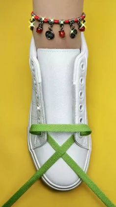 Ways To Lace Shoes, How To Tie Shoes, How To Lace Converse, Diy Clothes Life Hacks, Clothing Hacks, Shoe Lacing Techniques, Diy Fashion Hacks, Tie Shoelaces, Everyday Hacks