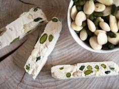 Fransk nougat er svært uimodståelig med de grønne pistaciekerner, mandler og seje konsistens - få opskrift på den franske konfekt her