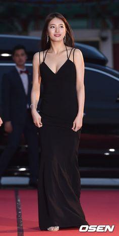 K-world Style (K-pop & K-Drama Fashion): Baeksang Art Awards Red Carpet: Suzy Bae Suzy, Beautiful Girl Image, Beautiful Asian Women, Korean Beauty, Asian Beauty, Sexy Outfits, Miss A Suzy, Asian Celebrities, Korean Actresses