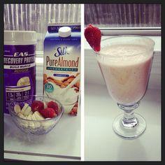 Happy Friday!!! #nutribullet #almondmilk #easrecoveryprotein #strawberries #bananas #shake #workoutfood #workout #nutriblast
