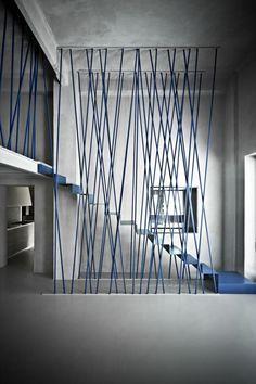 escalier métallique, garde corps original et escalier flottant bleu