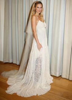 By contrast, model Bar Refaeli let her free spirit soar in this bohemian Chloé design.