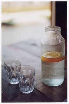 Glass water carafe for a zero waste plastic-free table Citrus Juice, Fruit Juice, Fresh Fruit, Citrus Water, Infused Water, Fruit Water, Café Bistro, French Bistro, Lemon Health Benefits