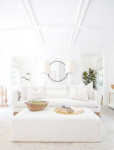 These 14 Spring Décor Ideas Will Make You Forget Winter Even Happened Winter is over, and the newest spring décor ideas have arrived. It's time to give your home a little spring break – All white living room inspiration All White Room, Living Room White, Home Living Room, Living Room Designs, Living Room Decor, White Space, White Bedroom, Living Pequeños, Coastal Living Rooms