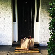 It's a good morning for Daisy breakfast bags adored with home grown dalias. Ready and waiting for a group who have just been beautiful to look after throughout the week. How I love my job. X #daisydining #daylesford #catering #daylesfordcatering #bespokecatering #bespoke #traditionalcooking #localproduce #breakfast #breakfastdelivery #roomservice #privatecatering #privateconcierge #photoshootcatering #food #foodpresentation #fooddelivery #morning #goodmorning #cook #travelandfood…