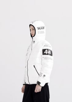 AW16 COLLECTION | CAUTION! MACHINE On June 23rd 2015 Google released a report on artificial intelligence.The document includes 7 conversations with machine.Eclipsed by international conflicts and the threat of terrorism, this inevitable process marks the beginning of the end for humanity. Slightly oversized, hooded down jacket made of printed TYVEK®. It features elasticised cuffs and …