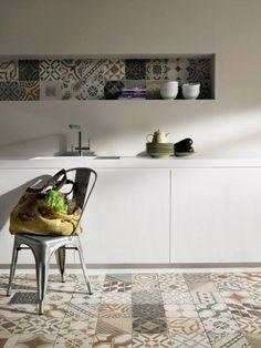 Kitchen Floor Tile Ideas (Best of Remodeling Kitchen Tiles in Modern, Retro, and Vintage Style) Patchwork Tiles, Patchwork Kitchen, Deco Originale, Ceramic Wall Tiles, Cement Tiles, Porcelain Tile, Mosaic Tiles, Cuisines Design, Portobello