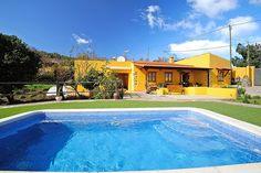 Description: Geschakelde bungalows in het mooie noorden van Tenerife Leuke bungalows op het Spaanse platteland Finca La Majadera heeft die typische familiale vriendelijke en gezellige charme van het Spaanse platteland. Van buiten vrolijk en zonnig geel van binnen authentiek en warm ingericht. De finca bestaat uit 2 geschakelde bungalows en een vrijstaande met eigen toegang midden op het platteland van Tenerife. Maak maar eens een wandelingetje in de omgeving dan zul je zien dat er van alles…