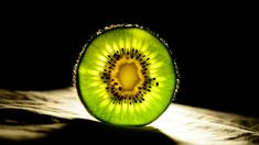 Kiwi fruits have undeniable healing properties. Kiwi fiber protects against diabetes, heart disease, and fight against cell aging. Backlight Photography, Food Photography Lighting, Fruit Photography, Photography Tips, A Food, Food And Drink, Food Staples, Eating Plans, Creative Food