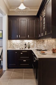 Inspiration for kitchen- dark cabinets, white counter, glass tile backsplash.these cabinets would be SO pretty in our small kitchen! Backsplash With Dark Cabinets, Dark Kitchen Cabinets, Glass Tile Backsplash, Kitchen Redo, New Kitchen, Kitchen Remodel, Kitchen Backsplash, Kitchen Ideas, Gray Countertops